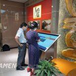 Tra cứu thông tin tại bảo tàng – thư viện với màn hình LCD chân quỳ