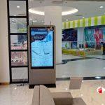 Thi công lắp đặt màn hình LCD chân đứng tại gian hàng Vincom
