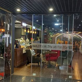 man-hinh-lcd-treo-tuong-27-inch-tai-quan-cafe-harley-cau-giay