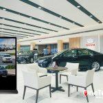 Màn hình quảng cáo đứng tại showroom giúp thu hút mọi ánh nhìn